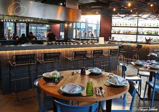 Tavolo rotondo e cucina a vista - Foto di Besame Mucho, Milano ...