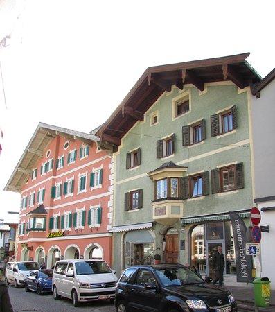 Kitzbühel, Österrike: das recchte, grüne Haus, ist das Geburtshaus von Toni Sailer