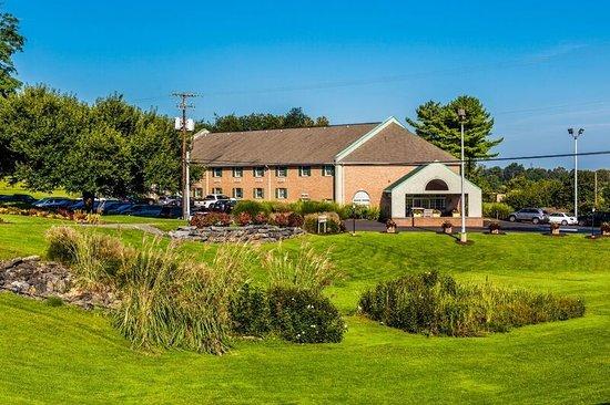 Hershey Farm Inn: Main Inn/Grounds
