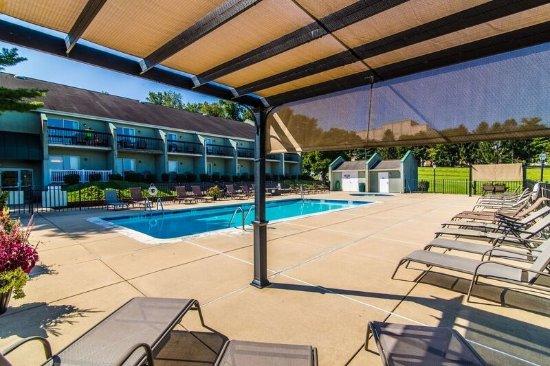 Hershey Farm Inn: Outdoor Pool Lounge