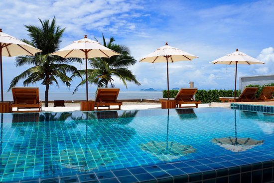 Nuea Khlong, Thailand: Outdoor pool at the beachfront