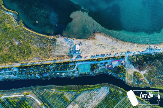 Opuzen, Kroasia: Neretva kiteboarding from sky....