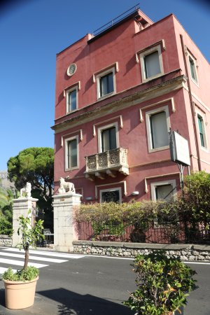 Hotel La Pensione Svizzera: The front side of the property.
