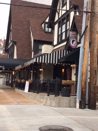 Seven Gables Inn: Entrance to hotel and restaurant