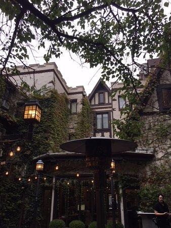 Seven Gables Inn: Interior courtyard