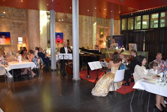 Kruisherenhotel Maastricht: נגנים של אנדרו ריו בארוחת הערב