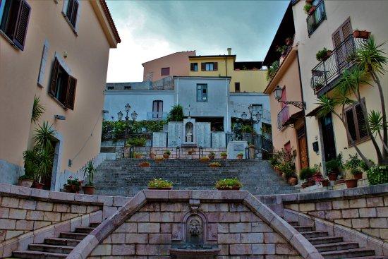 San Marco D'Alunzio, إيطاليا: Gradinata e monumento ai Caduti !!!