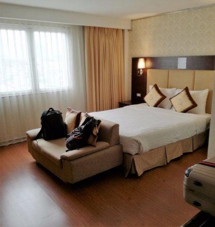 Angel Palace Hotel: Habitación con vistas a la calle.