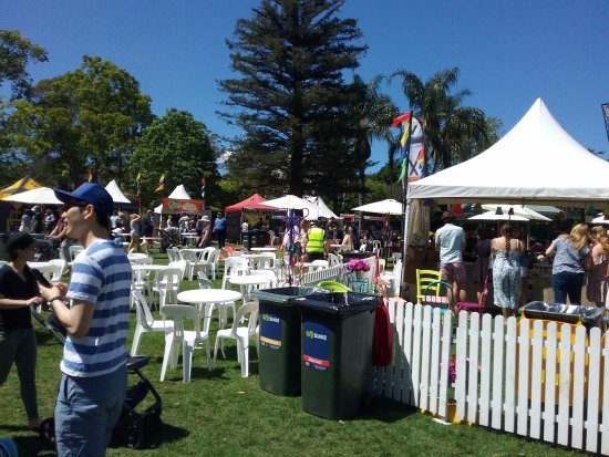 Wahroonga, Australië: Many stalls and places to sit at the Annual Food and Wine Fair.