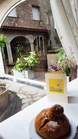 Restaurante Casa Rosalía: Vista al claustro y reflejo de la casa