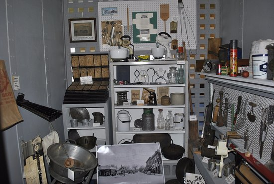 "Neillsville, วิสคอนซิน: Jail Museum - Each ""cell"" holds a display - this one shows Mercantile Store items."