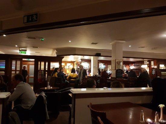 Kinvara, Irlanda: Friendly bar in the Merriman Hotel Excellent food and fantastic service .