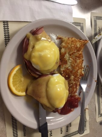 Beverly Hills, Floride : Eggs Benedict with Hash Browns