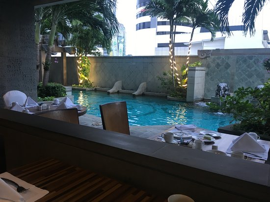 Majestic Grande Hotel : morning buffet view of pool area