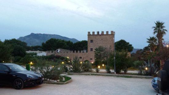 """Valderice, Italia: De 'toren"""" van het hoofdgebouw"""