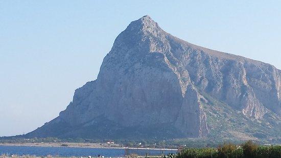 Valderice, Italia: Deze prachtige rotspartij zie je vanaf het hotel