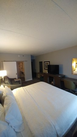 Hampton Inn Reading/Wyomissing: View toward interior of king room