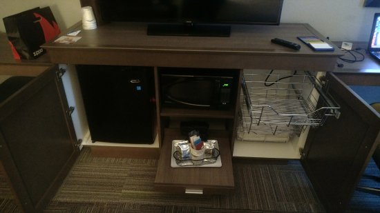 Hampton Inn Reading/Wyomissing: Mini-fridge, microwave, coffe maker, and wire drawers