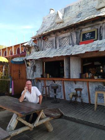 Bloemendaal, Holland: Men ventje voor de bar...woodstock...