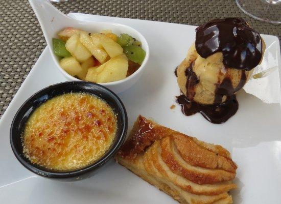 Vivario, ฝรั่งเศส: Salade de fruits frais, profiterollechocolat/vanille, crème brûlée, tarte pommes-caramel