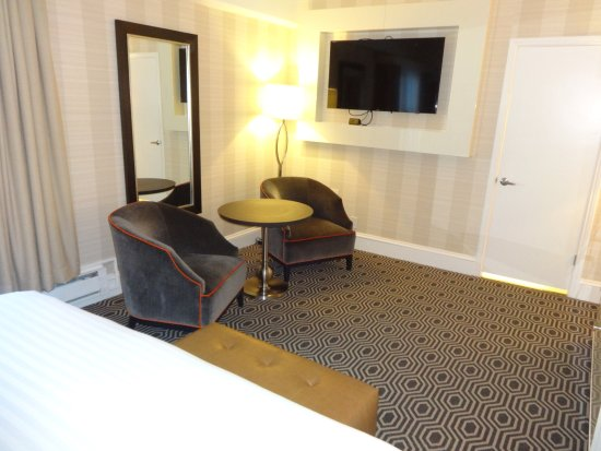 The Inn at Union Square - A Greystone Hotel: Spacious seating area and TV