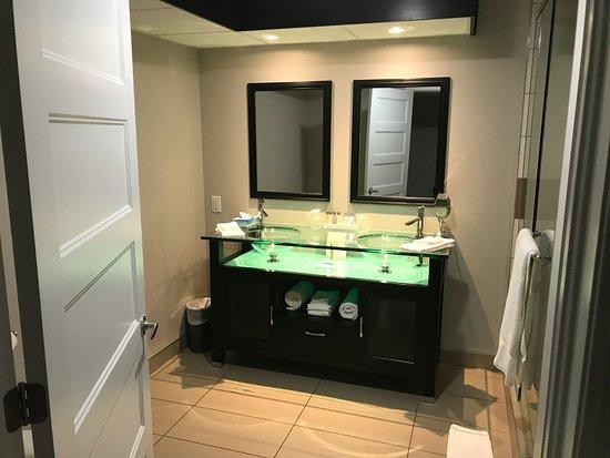 Sainte-Marthe, Canada: Très grande salle de bain