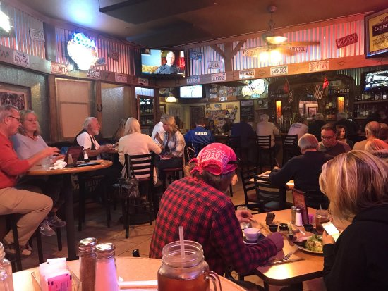 Dewey, AZ: Saturday night in the bar at Leff-Ts