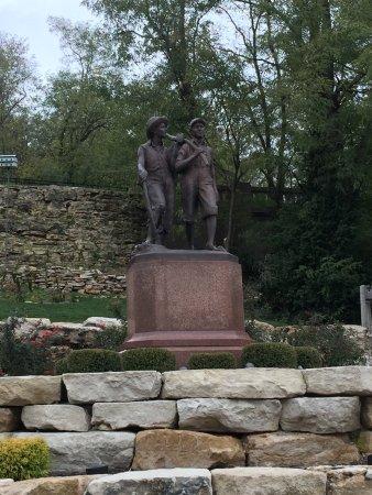 Tom and Huck's Statue: photo0.jpg