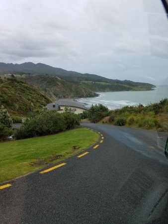 Ngarunui Beach: The road to the parking are for beach.