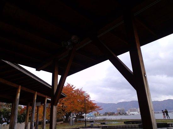 Suwa, Japonia: 訪湖間欠泉センター 足湯から見た諏訪湖