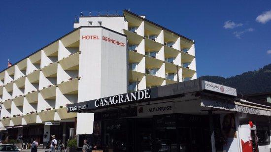 Hotel Bernerhof: 酒店有黃色的陽台