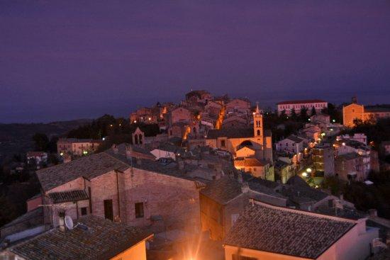 Acquaviva Picena, Italia: Panorama sul Borgo dalla Rocca, si vede il casmpanidel della Chiesa