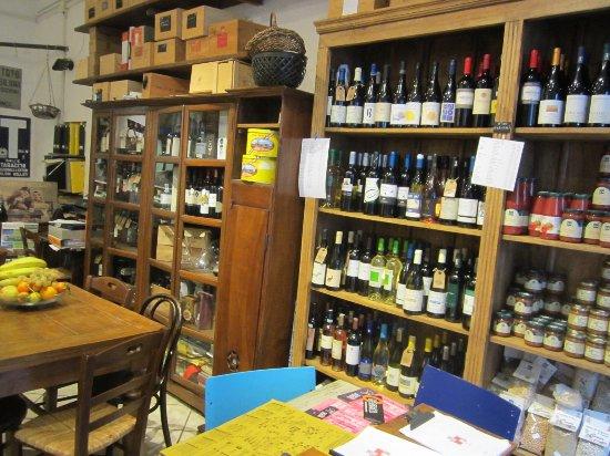 Sovana, Italia: andere Seite des Weinladens