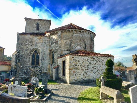 Foussais-Payre, ฝรั่งเศส: Une autre église classée près de Foussais-Payré l'église Sainte-Marthe à Puy de Serre, petite et