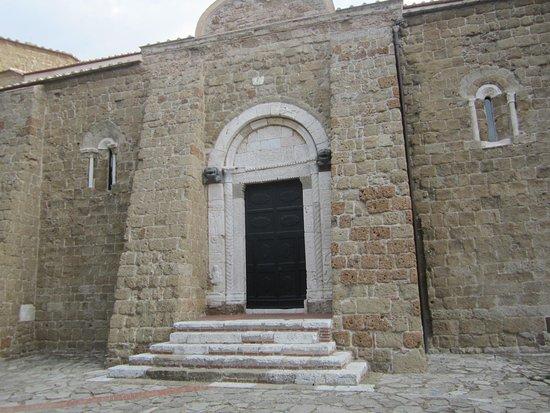 Sovana, Italia: Eingang zum Dom Pietro e Paolo