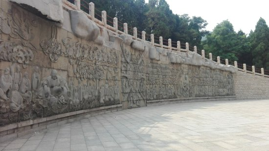 Jinan, Cina: Images carved on the walls