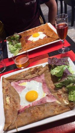 Houdan, France: Des crêpes bien garnies et tout aussi gourmandes.