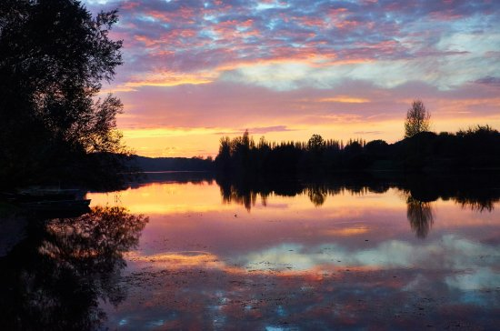 Badefols-sur-Dordogne, Frankrijk: le coucher de soleil sur la rivière