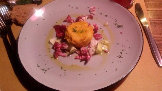 Schignano, Italia: sformatino di zucca su letto di insalatina e olio evo umbro
