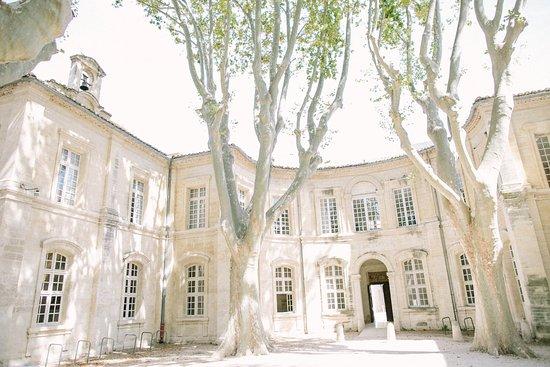 Hôtel Cloitre Saint Louis: Cour