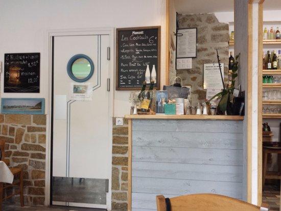 Saint-Jacut-de-la-Mer, Fransa: A droite porte vers le Café, en face vers la cuisine.