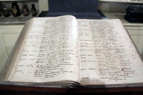 Pharmaceutical Museum: Livre d'ordonnance et des comptes