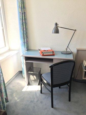 alle Zimmer haben Schreibtische. Die Hermes Baby Schreibmaschinen wurden in Sainte-Croix hergest