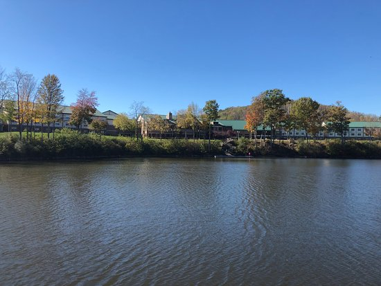 Roanoke, Virginia Occidental: A view of the resort from our boat crue