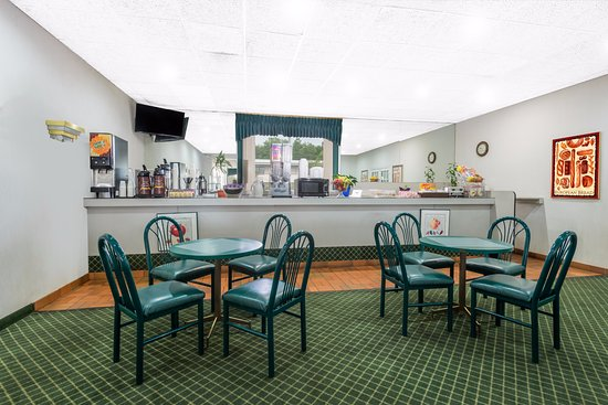 Super 8 Elyria: Breakfast area