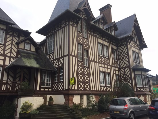 Aumale, France: Rechte Ansicht