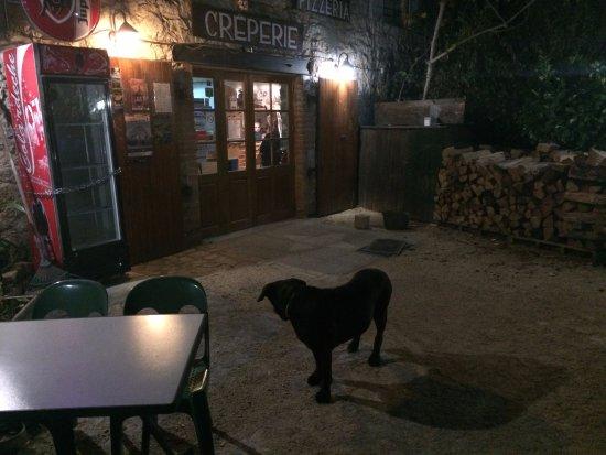 Balazuc, France : Le gros chien noir
