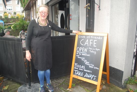 Inistioge, Irlanda: Hostess disavows liking to be photographed. But this one shows her friendliness. Great visit.