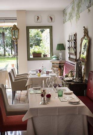 Regio Patio: Sala affrescata con ampie vetrate sul giardino.