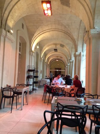 Hôtel Cloitre Saint Louis: Salle de restaurant tout simplement magnifique, le petit déjeuner un vrai régal avec des produit
